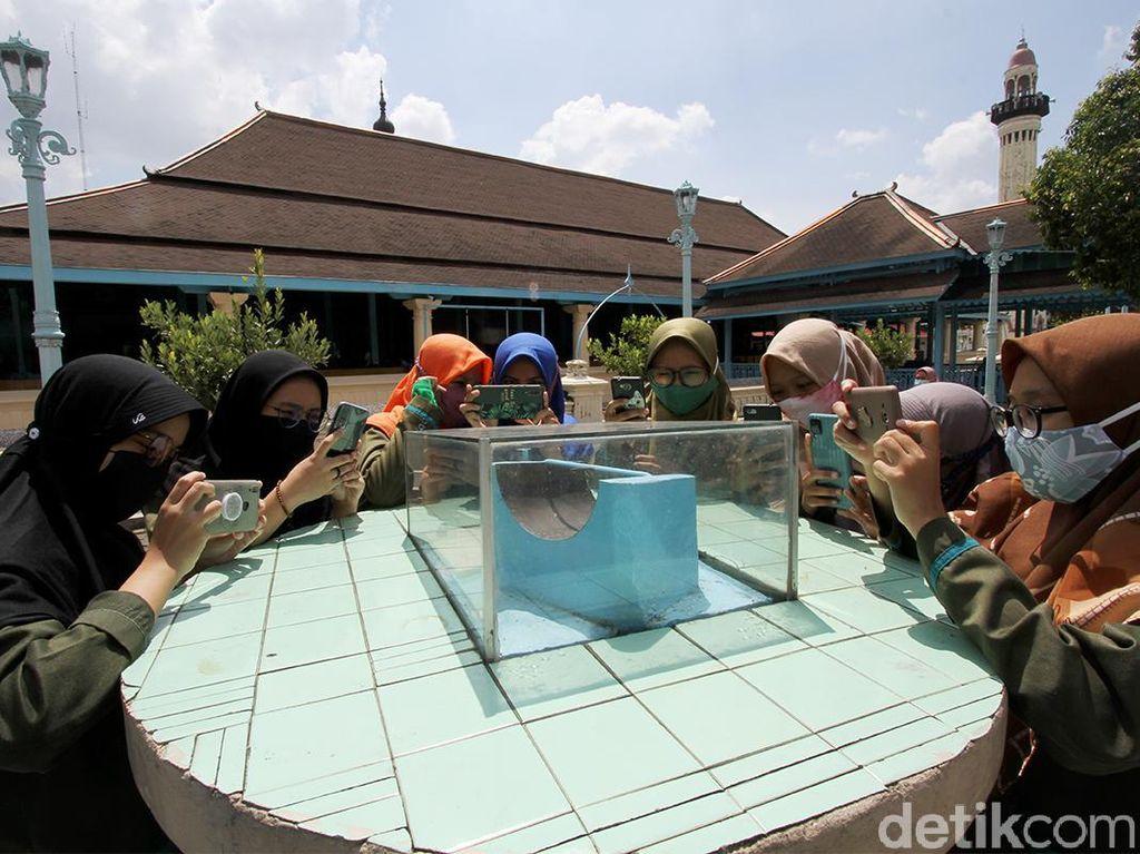 Potret Jam Istiwak, Penanda Zuhur di Masjid Agung Surakarta