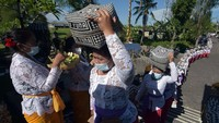 Tradisi Iring-Iringan Gadis Pembawa Sesajen di Bali