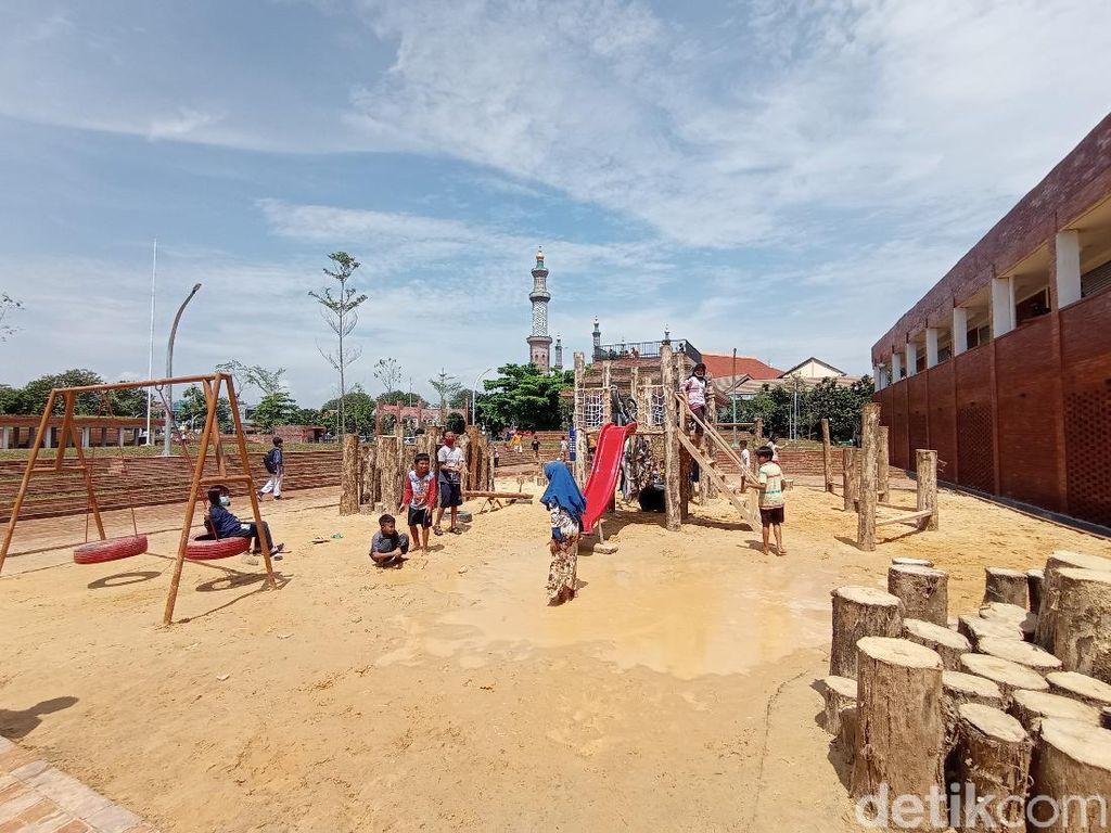 Alun-Alun Kejaksan Cirebon Jadi Tempat Favorit Ngabuburit Warga
