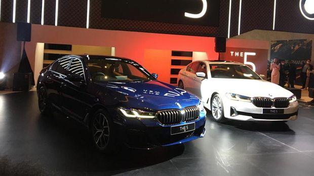 BMW 530i Opulence dan 520i M Sport baru meluncur di IIMS 2021, Kamis (15/4).