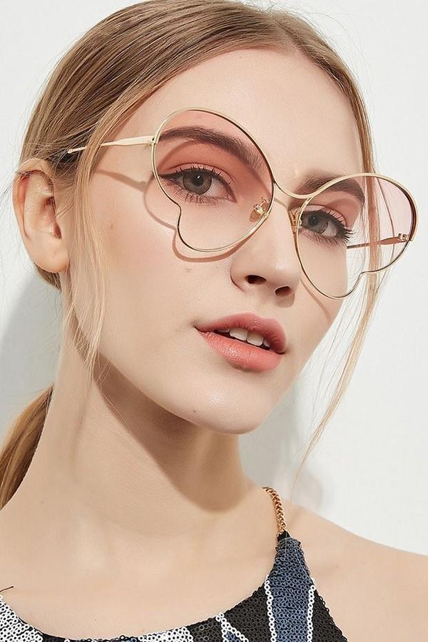 Ketika kamu mempertimbangkan tren kacamata hitam terbaru, sepertinya kamu akan terpesona oleh bentuk besar seperti kupu-kupu.