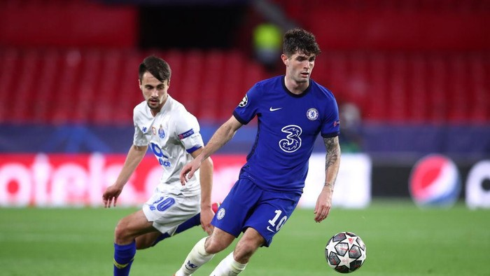 SEVILLE, SPAIN - APRIL 13: Christian Pulisic of Chelsea is put under pressure by Fabio Vieira of Porto during the UEFA Champions League Quarter Final Second Leg match between Chelsea FC and FC Porto at Estadio Ramon Sanchez Pizjuan on April 13, 2021 in Seville, Spain. Sporting stadiums around Spain remain under strict restrictions due to the Coronavirus Pandemic as Government social distancing laws prohibit fans inside venues resulting in games being played behind closed doors. (Photo by Fran Santiago/Getty Images)
