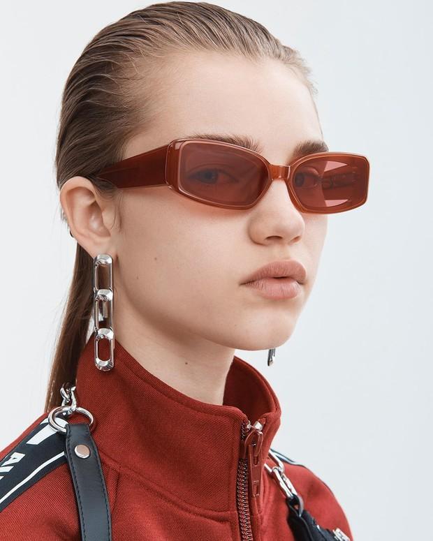 Jika ultra tiny sunglasses mengambil alih musim panas tahun lalu, kini bentuk rectangles yang mengambil alih tren kacamata di musim panas tahun ini.