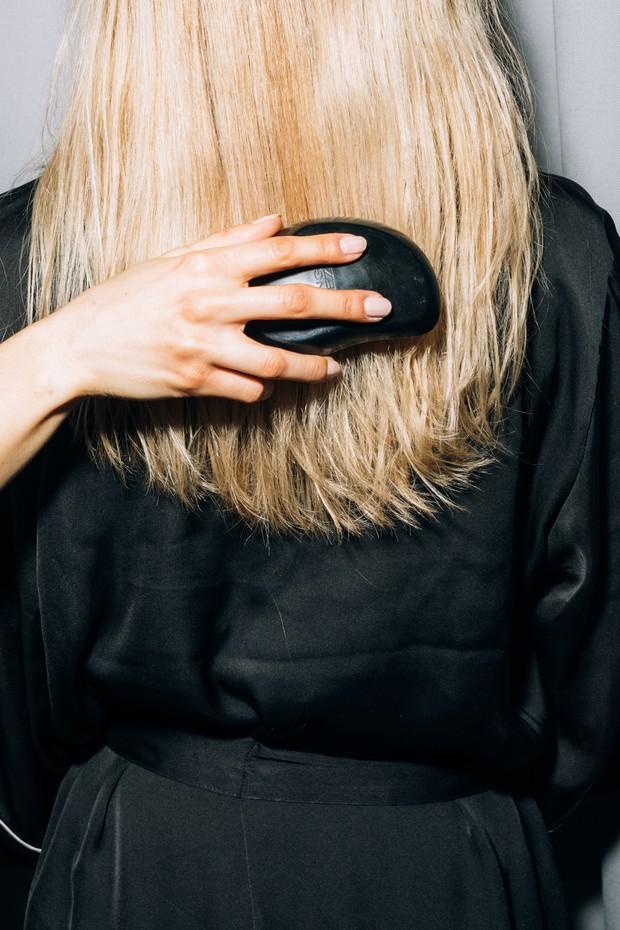 Luruskan rambut dengan sisir.
