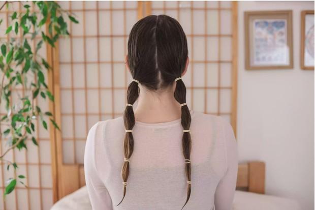 Ikat menjadi 2 ponytail.