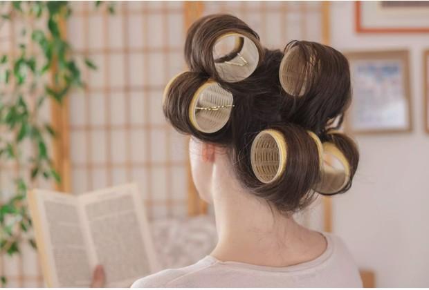 Gunakan roll rambut besar.