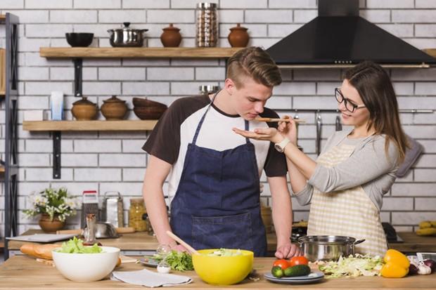Memasak bersama dengan pasangan bisa menjadi pilihan yang tepat untuk menghabiskan waktu di rumah.
