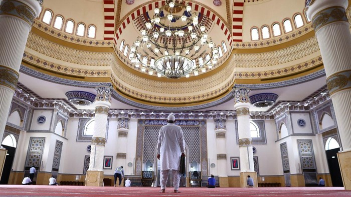 DUBAI, UNITED ARAB EMIRATES - APRIL 14: Muslim men pray at Al Farooq Omar Bin Al Khattab Mosque on April 14, 2021 in Dubai, United Arab Emirates. Muslim men and women across the world observe Ramadan, a month long celebration of self-purification and restraint. During Ramadan, the Muslim community fast, abstaining from food, drink, smoking and sex between sunrise and sunset, breaking their fast with an Iftar meal after sunset. (Photo by Francois Nel/Getty Images)