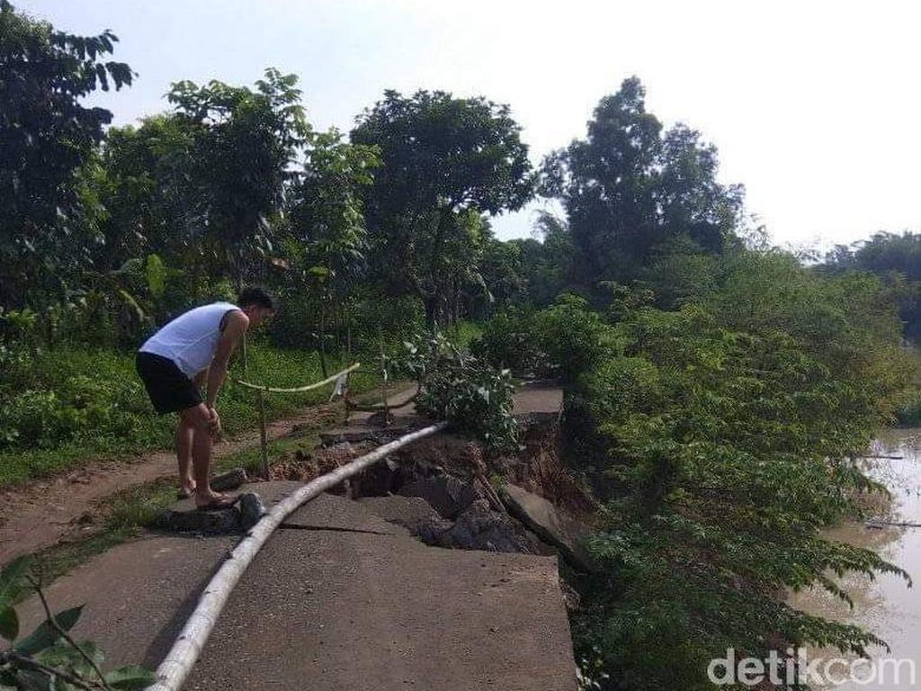 Tergerus Arus Sungai, Jalan Penghubung Desa Karawang-Purwakarta Ambles