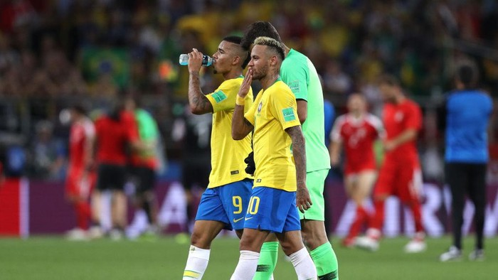MOSCOW, RUSSIA - JUNE 27:  Neymar Jr, Gabriel Jesus and Casemiro of Brazil celebrate after their second goal scored by Thiago Silva (not pictured) during the 2018 FIFA World Cup Russia group E match between Serbia and Brazil at Spartak Stadium on June 27, 2018 in Moscow, Russia.  (Photo by Michael Steele/Getty Images)