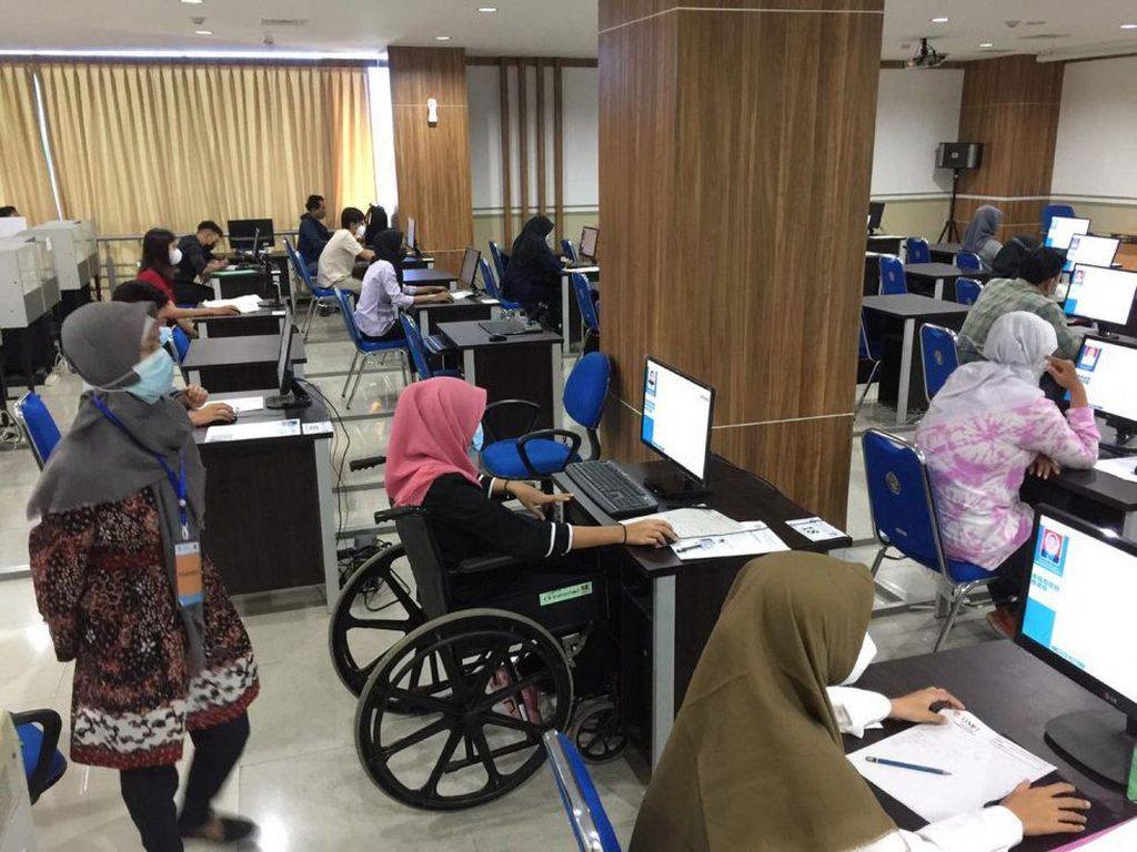Kisah Chantika, Peserta UTBK yang Semangat Ujian Meski Gunakan Kursi Roda