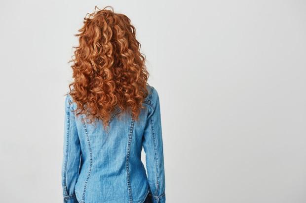 Sebagai alternatif untuk sampo berbahan sulfat, kamu dapat menggunakan kondisioner untuk mengurai dan membilas lapisan kulit kepala dan rambut.