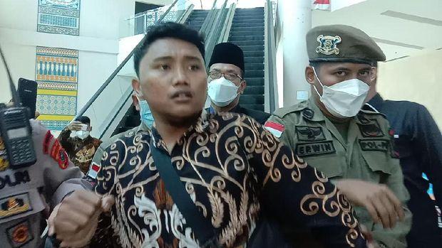 Mahasiswa berteriak meminta harga BBM diturunkan dalam rapat paripurna di Gedung DPRD Sumut