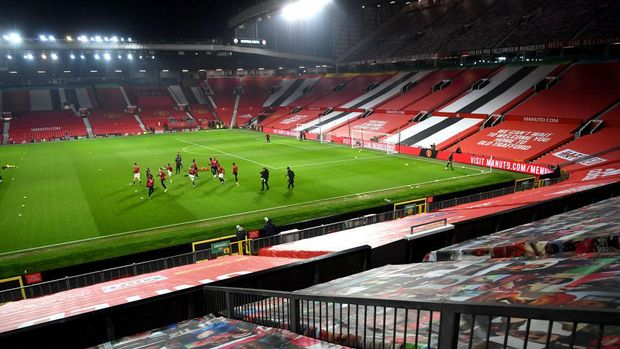 MANCHESTER, ENGLAND - JANUARY 27: General view inside the stadium as players warm up prior to the Premier League match between Manchester United and Sheffield United at Old Trafford on January 27, 2021 in Manchester, England. Sporting stadiums around the UK remain under strict restrictions due to the Coronavirus Pandemic as Government social distancing laws prohibit fans inside venues resulting in games being played behind closed doors. (Photo by Laurence Griffiths/Getty Images)