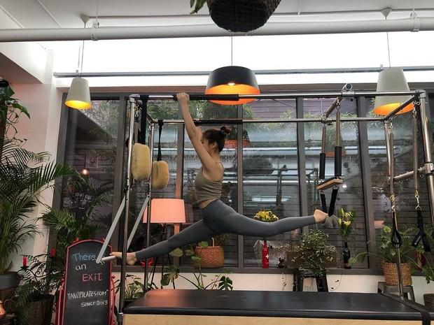Dalam pilates terdapat gerakan berulang yang bekerja untuk memperpanjang otot kamu dan meningaktkan rentang gerakan kamu dalam persendian.