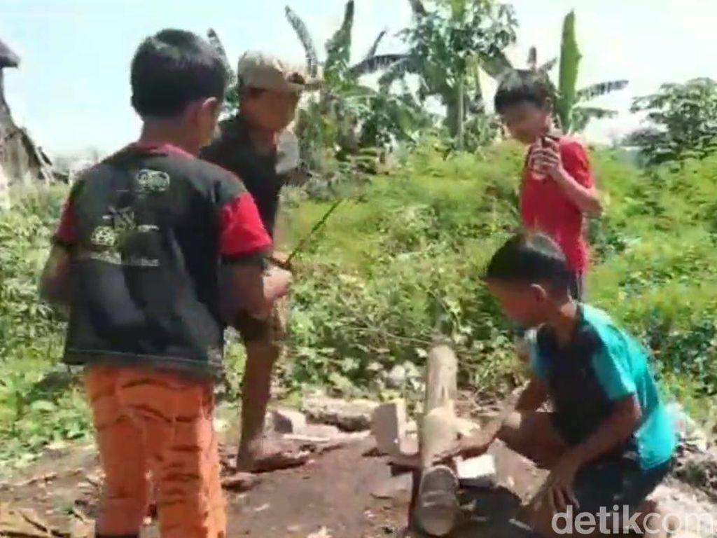 Melihat Bocah di Kota Pasuruan Main Meriam Bambu Saat Ngabuburit