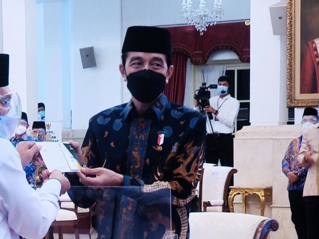 Momen Jokowi-Maruf Beserta Para Menteri Bayar Zakat