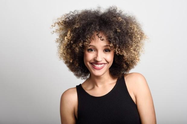 Selain masalah rambut rapuh, rambut keriting juga lebih rentan kusut dan kasar. Itulah sebabnya sangat penting untuk menangani rambut keriting dengan ekstra hati-hati.