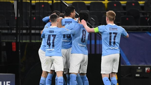 Soccer Football - Champions League - Quarter Final Second Leg - Borussia Dortmund v Manchester City - Signal Iduna Park, Dortmund, Germany - April 14, 2021 Manchester City's Riyad Mahrez celebrates scoring their first goal with teammates Pool via REUTERS/Ina Fassbender