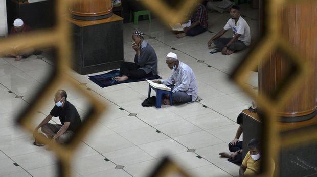 Umat muslim membaca Al-Quran di Masjid Agung Al-Barkah, Bekasi, Jawa Barat, Rabu (14/4/2021). Dewan Kemakmuran Masjid (DKM) Al-Barkah meniadakan program one night one juz (satu malam satu juz) Al-Quran dalam pelaksanaan salat tarawih Ramadan 1442 Hijriah tahun 2021 menyesuaikan surat edaran Wali Kota Bekasi terkait pedoman ibadah berjamaah di tengah situasi pandemi COVID-19. ANTARA FOTO/Suwandy/hp.