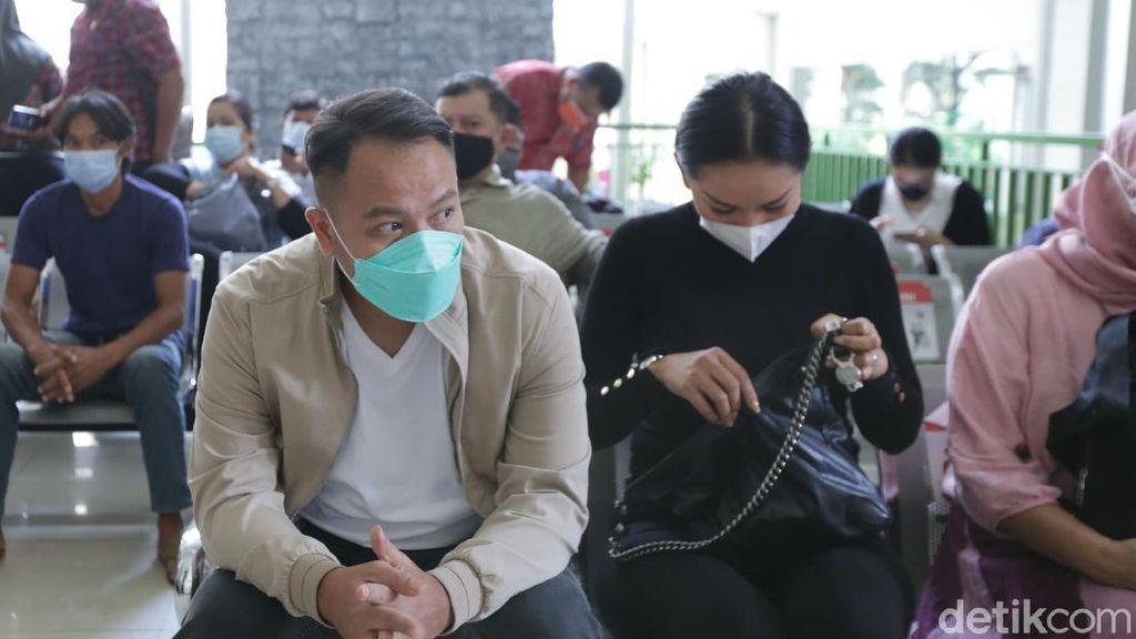 Vicky Prasetyo Didampingi Kalina Oktarani saat Sidang Kasus Angel Lelga
