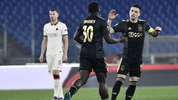 Ajax Dutch forward Brian Brobbey (C) celebrates with Ajax Serbian forward Dusan Tadic after opening the scoring during the UEFA Europa League quarter final second leg football match AS Rome vs Ajax Amsterdam on April 15, 2021 at the Olympic stadium in Rome. (Photo by Filippo MONTEFORTE / AFP)