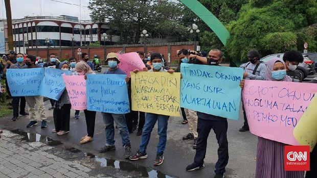 Wartawan di Kota Medan yang tergabung dalam AJI dan PFI melakukan aksi memprotes perintangan kerja jurnalis untuk mewawancarai Wali Kota Bobby Nasution, Jumat (16//4/2021). (CNNIndonesia/Farida)