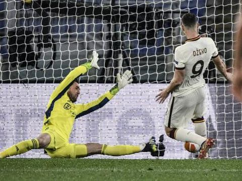 Roma's Bosnian forward Edin Dzeko (R) scores an equalizer past Ajax Dutch goalkeeper Maarten Stekelenburg during the UEFA Europa League quarter final second leg football match AS Rome vs Ajax Amsterdam on April 15, 2021 at the Olympic stadium in Rome. (Photo by Filippo MONTEFORTE / AFP)