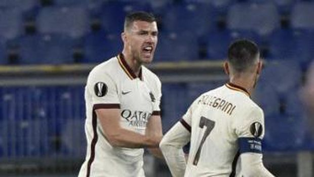 Roma's Bosnian forward Edin Dzeko celebrates after scoring an equalizer during the UEFA Europa League quarter final second leg football match AS Rome vs Ajax Amsterdam on April 15, 2021 at the Olympic stadium in Rome. (Photo by Filippo MONTEFORTE / AFP)