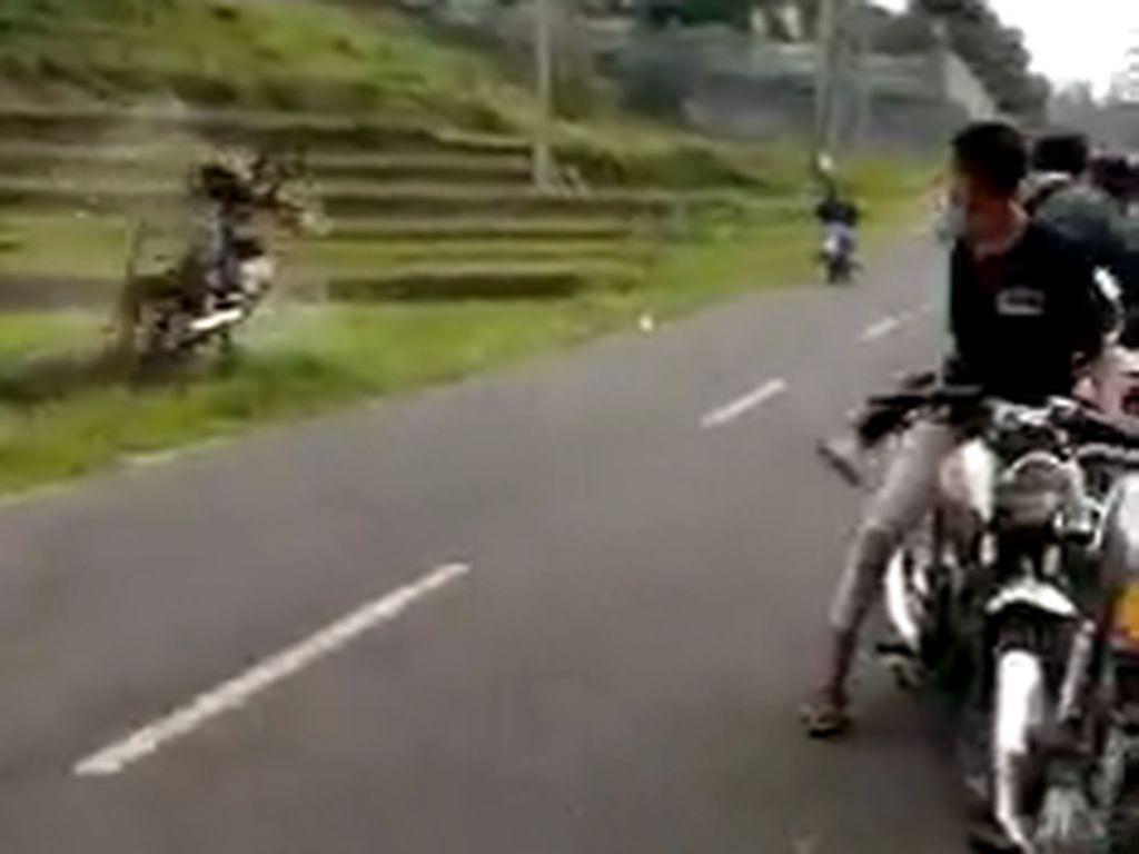 Pembalap Liar yang Viral Salto ke Sawah Selamat Namun Retak Tulang Tangan