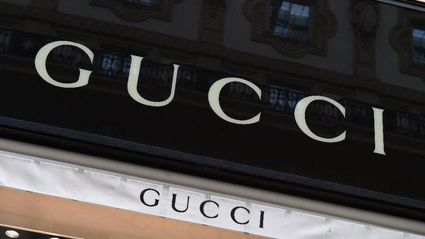 A picture shows the logo of Italian fashion shop Gucci on December 4, 2017, in the Vittorio Emanuele II Gallery in Milan. Italian fashion giant Gucci said today that police raided its offices over suspected tax evasion, confirming a report in the Italian press. - The Milan public prosecutor suspects the fashion house of declaring several years worth of Italian sales in Switzerland, thereby saving around 1.3 billion euros ($1.5 billion) in domestic tax, La Stampa daily said. (Photo by MIGUEL MEDINA / AFP)