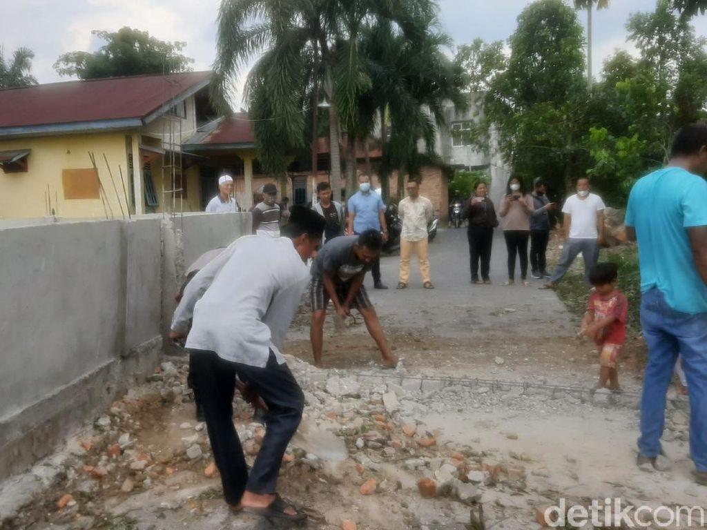 Pagar Tembok yang Tutupi Jalan di Pekanbaru Dibongkar!