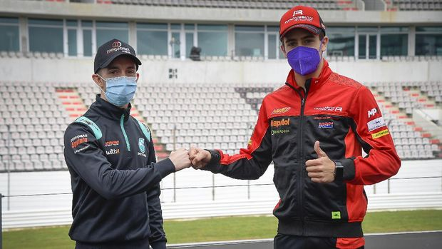 Pembalap Indonesia Gresini Jeremy Alcoba (kanan) dan pembalap Petronas Sprinta John McPhee berdamai jelang Moto3 Portugal 2021 di Sirkuit Portimao, Kamis (15/4).