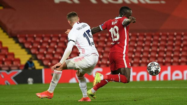 LIVERPOOL, ENGLAND - APRIL 14: Sadio Mane of Liverpool is challenged by Federico Valverde of Real Madrid during the UEFA Champions League Quarter Final Second Leg match between Liverpool FC and Real Madrid at Anfield on April 14, 2021 in Liverpool, England. Sporting stadiums around the UK remain under strict restrictions due to the Coronavirus Pandemic as Government social distancing laws prohibit fans inside venues resulting in games being played behind closed doors. (Photo by Michael Regan/Getty Images)