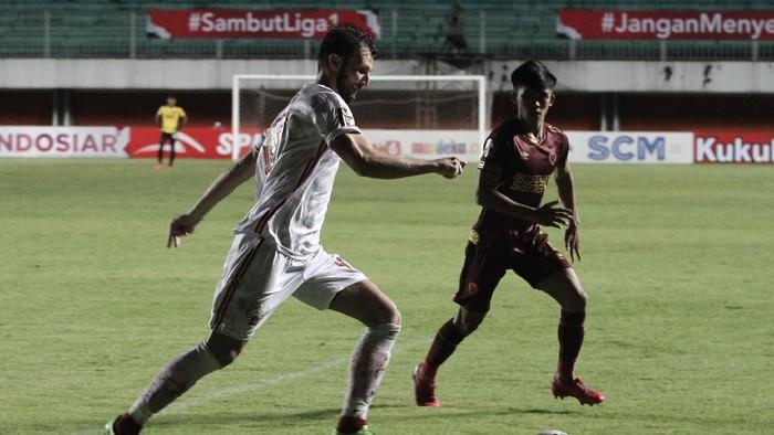 Pesepak bola Persija Jakarta Marco Motta (kiri) berebut bola dengan pesepak bola PSM Makassar Rizky Eka (kanan) saat pertandingan semifinal Leg I Piala Menpora 2021 di Stadion Maguwoharjo, Sleman, DI Yogyakarta, Kamis (15/4/2021). Pertandingan tersebut berakhir 0-0. ANTARA FOTO/Hendra Nurdiyansyah/rwa.