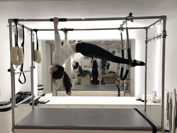 Pilates membuat napas dan sirkulasi bergerak, menstimulasi tulang belakang dan otot serta membanjiri tubuh dengan perasaan baik yang kamu dapatkan dari melatih seluruh tubuh