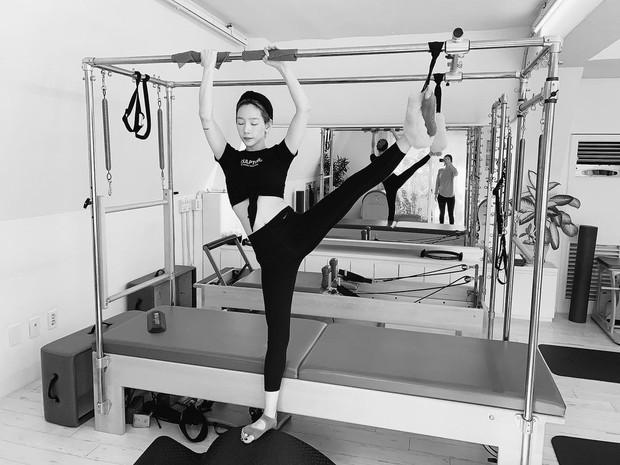 Karena pilates merupakan latihan berbasis inti yang melibatkan otot kamu melalui gerakan yang tepat untuk meningkatkan kekuatan dan daya tahan.