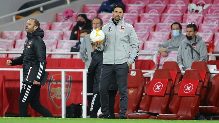 LONDON, ENGLAND - APRIL 08: Mikel Arteta, Manager of Arsenal looks on during the UEFA Europa League Quarter Final First Leg match between Arsenal FC and Slavia Praha at Emirates Stadium on April 08, 2021 in London, England. Sporting stadiums around Europe remain under strict restrictions due to the Coronavirus Pandemic as Government social distancing laws prohibit fans inside venues resulting in games being played behind closed doors. (Photo by Julian Finney/Getty Images)