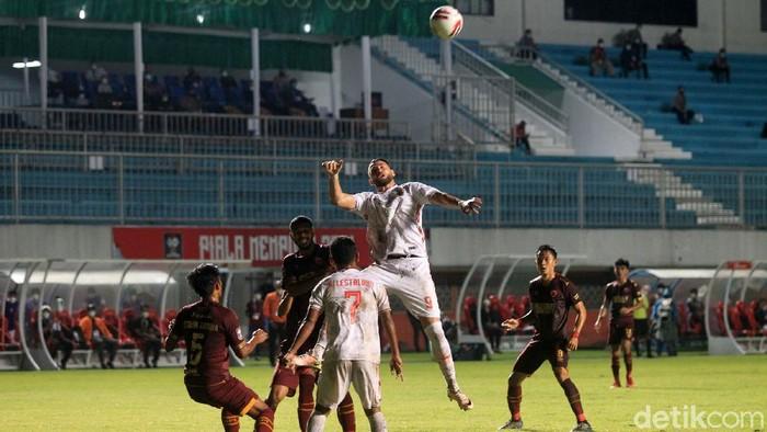 PSM Makasar menjamu Persija Jakarta pada pertandingan leg 1 semifinal Piala Menpora 2021 di Stadion Maguwoharjo, Sleman, Yogyakarta, Kamis (15/4/2021). Hingga menit terakhir skor imbang 0-0.