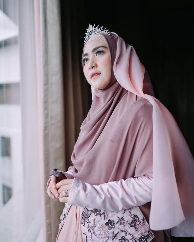 April Jasmine mengenakan hijab gaya princess/instagram.com/apriljasmine85