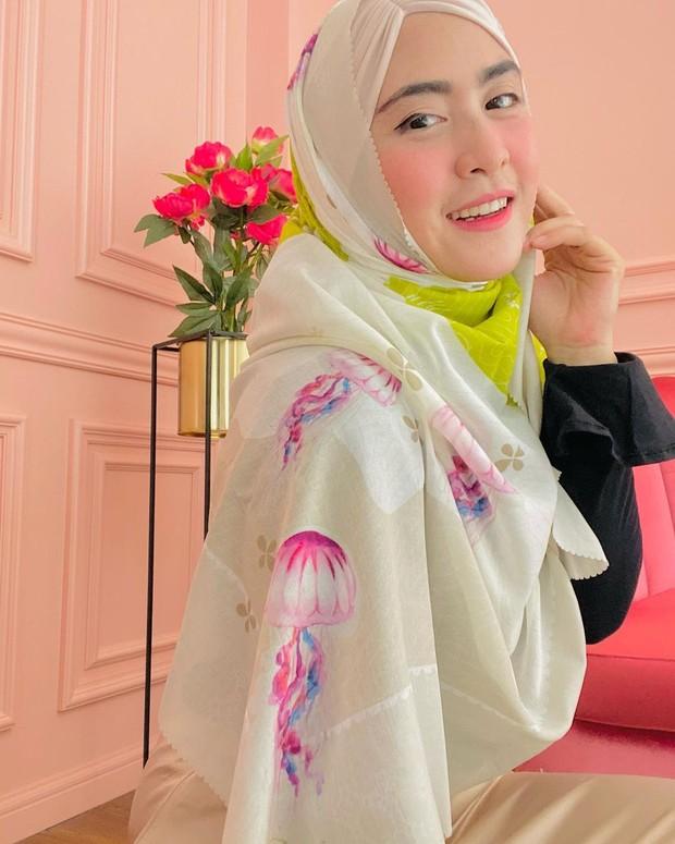 April Jasmine mengenakan hijab gaya lilit syari/instagram.com/apriljasmine85