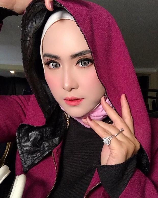April Jasmine dengan hijab mode hoodie/instagram.com/apriljasmine85