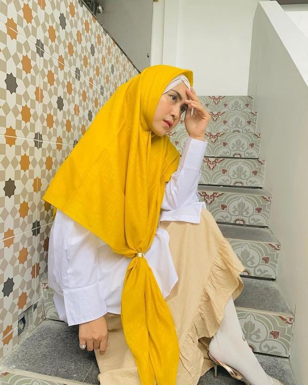 April Jasmine mengenakan hijab syari simpel kuning/instagram.com/apriljasmine85