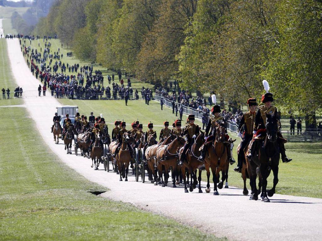 Artileri Pasukan Berkuda Tiba di Kastil Windsor