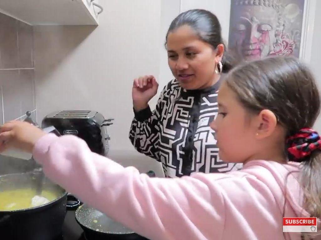 Intip Serunya Keluarga di Australia Buka Puasa Pakai Soto Kudus