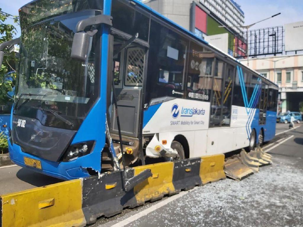 Diduga Sopir Ngantuk, Bus TransJakarta Tabrak Separator di Glodok