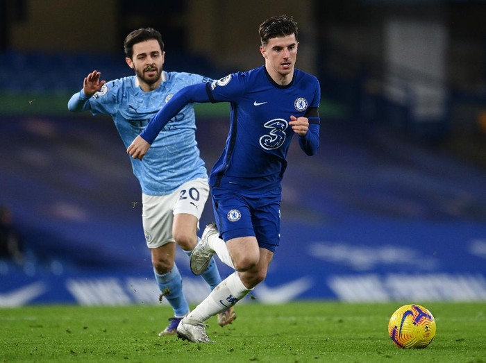 LONDON, ENGLAND - JANUARY 03: Mason Mount of Chelsea looks to break past Bernardo Silva of Manchester City during the Premier League match between Chelsea and Manchester City at Stamford Bridge on January 03, 2021 in London, England. The match will be played without fans, behind closed doors as a Covid-19 precaution. (Photo by Andy Rain - Pool/Getty Images)