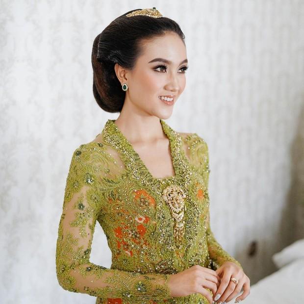 Kebaya Warna Hijau Muda memberi nuansa kulit yang glowing/instagram.com/verakebaya