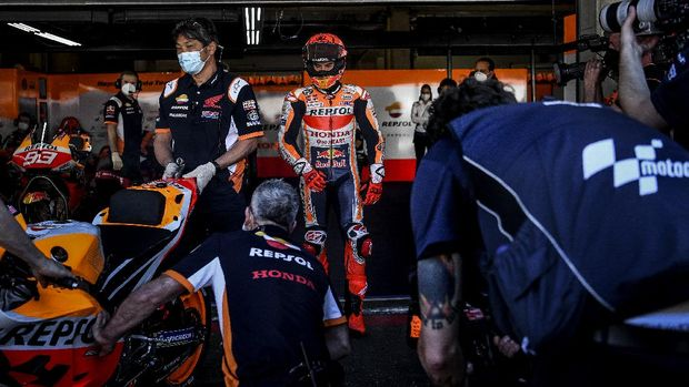 Repsol Honda Team's Spanish rider Marc Marquez prepares to ride during the first MotoGP free practice session of the Portuguese Grand Prix at the Algarve International Circuit in Portimao, on April 16, 2021. (Photo by PATRICIA DE MELO MOREIRA / AFP)