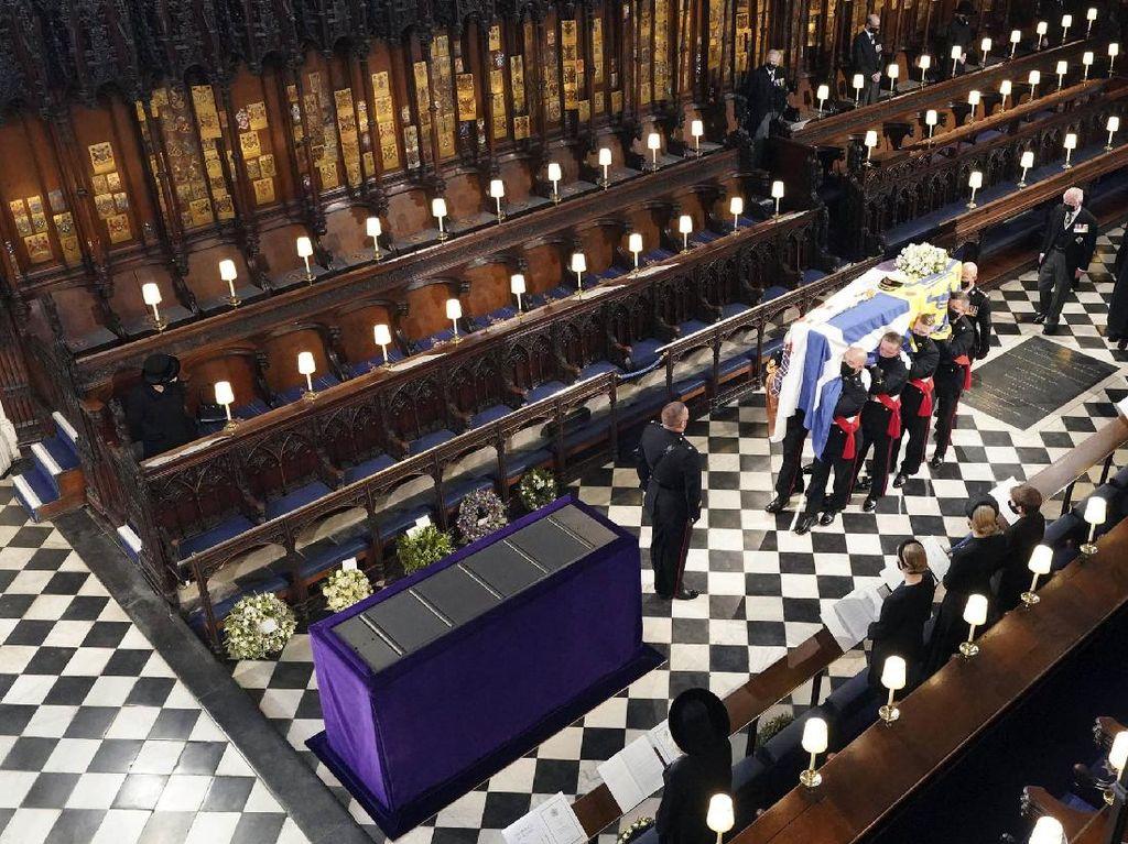 Ratu Elizabeth II Duduk Sendirian saat Pemakaman Pangeran Philip, Kenapa?